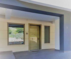 Πόρτες εισόδου πολυκατοικίας