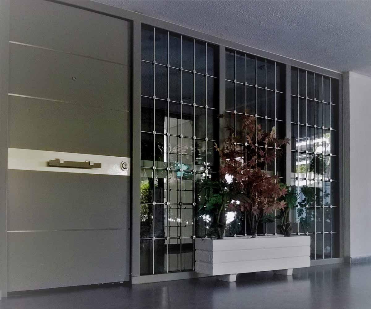 θωρακισμένη πόρτα κεντρικής εισόδου με inox κάγκελα | siamo.gr