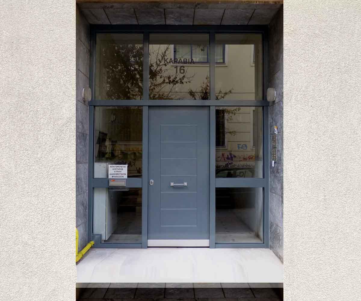 Πόρτα θωρακισμένη πολυκατοικίας με τζάμια αλεξίσφαιρα